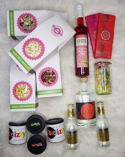 Quarantäne Set 2 Gin Popcorn, Sirup, Besoffene Fruchtgummi, Gemischte Zuckerl, Tonic Water, Schokolade Aktionsset zum verschenken